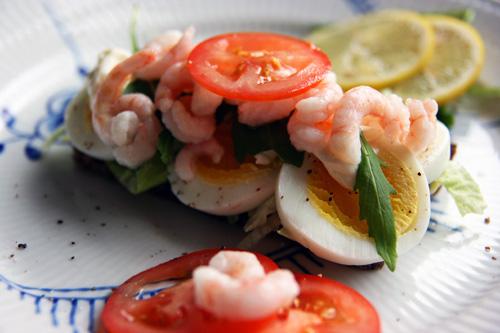 Æg med rejer, tomat, rucola, mayonnaise, tomat, citron og salt og peber