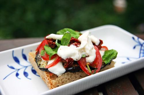 sandwich med aubergine og tomat